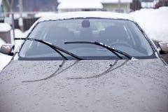 Parabrezza anteriore dell'automobile un giorno piovoso Fotografie Stock Libere da Diritti