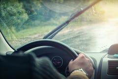 Parabrezza dell'automobile nelle gocce di pioggia immagini stock libere da diritti