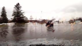 Parabrisas del coche del Para arriba-cierre mientras que llueve afuera metrajes