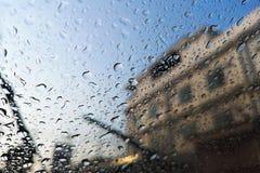Parabrisas en días lluviosos, exterior visible el edificio imagenes de archivo