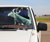 Parabrisas quebrado en un accidente de tráfico imagenes de archivo