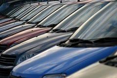 Parabrisas reflectores de una fila de coches Imágenes de archivo libres de regalías