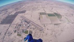 Paracaídas abierto de la muchacha del Skydiver sobre Arizona vuelo Día asoleado Deporte extremo almacen de video