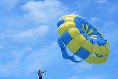Paracaídas contra el cielo Fotos de archivo libres de regalías