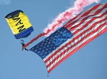Paracaídas 2016 de la marina de guerra de Miramar Airshow con la bandera Imágenes de archivo libres de regalías