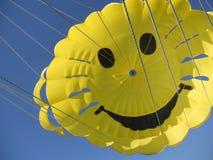 Paracaídas de la sonrisa imagen de archivo