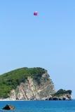 Paracaídas detrás de un barco, Montenegro Imagen de archivo