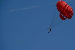 Paracaídas en el cielo Imágenes de archivo libres de regalías