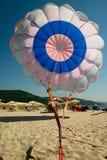 Paracaídas en la playa del mar Imágenes de archivo libres de regalías