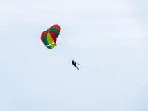 Paracaídas extremo en el cielo cubierto en la tarde outdoor fotografía de archivo