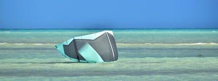 Paracaídas que practica surf de la cometa en superficie del océano azul Persona que practica surf de la cometa Boarding Fotos de archivo