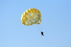Paracaídas sobre el océano Imagen de archivo libre de regalías