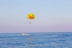 Paracadute di sorriso del mare della barca Immagini Stock
