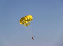 Paracadute giallo nel cielo Fotografie Stock