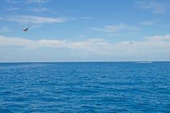 Paracadute nel cielo sopra gli oceani indiani l'isola delle Maldive fotografie stock