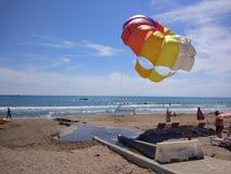 Paracadute nella spiaggia Immagini Stock Libere da Diritti