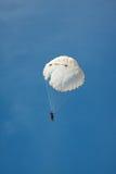 Paracadute rotondo bianco sul cielo blu del fondo fotografia stock libera da diritti