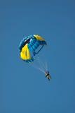 Paracadute sul cielo blu del fondo Fotografie Stock Libere da Diritti
