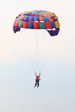 Paracadute variopinti contro Fotografie Stock Libere da Diritti