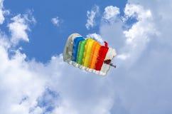 Paracadute variopinto nell'aria Fotografia Stock