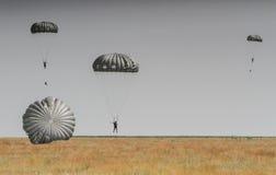 Paracaduti nello show aereo fotografie stock libere da diritti