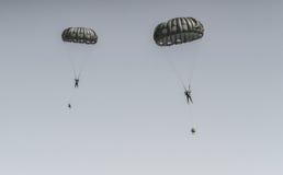 Paracaduti nello show aereo fotografia stock