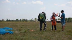 Paracadutista allegro della ragazza sulla terra dopo il primo salto immagine stock libera da diritti