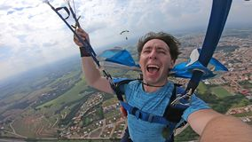 Paracadutista che fa un selfie dopo la caduta libera fotografia stock libera da diritti