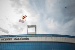 Paracadutista con la bandiera della Spagna Immagini Stock Libere da Diritti