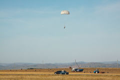 Paracadutista di atterraggio contro lo sfondo del paesaggio di autunno immagine stock