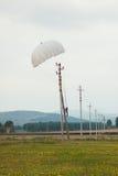 Paracadutista di atterraggio sulla linea elettrica fotografia stock libera da diritti