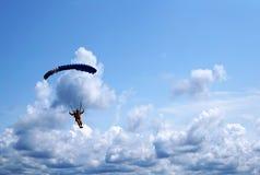 Paracadutista sotto un piccolo baldacchino blu scuro di un paracadute sulla b fotografia stock libera da diritti