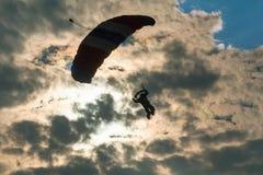 Paracadutista su fondo delle nuvole Fotografia Stock