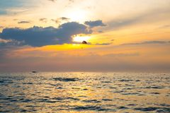 Paracadutista su parasailing variopinto in sunriae/tramonto sopra il Se Fotografie Stock