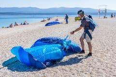 Paracadutista sulla spiaggia della carreggiata di Zlatni Fotografie Stock