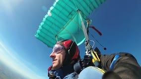 Paracadutisti che volano in tandem sotto il paracadute aperto Movimento lento archivi video