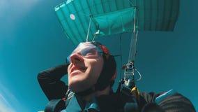 Paracadutisti che volano in tandem sotto il paracadute aperto Movimento lento video d archivio