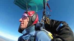 Paracadutisti che volano in tandem sotto il paracadute aperto Movimento lento stock footage