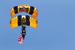 Paracadutisti dell'esercito americano che portano una bandiera americana Fotografia Stock