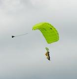 Paracadutisti in tandem di immersione subacquea di cielo che scivolano verso l'atterraggio Fotografia Stock