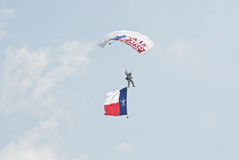 Paracaidista con la bandera de Tejas imagen de archivo