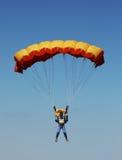 Paracaidista contra el cielo Imagen de archivo libre de regalías
