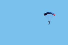 Paracaidista en cielo azul Imagen de archivo libre de regalías