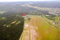 Paracaidista en el cielo Fotos de archivo