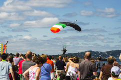 Paracaidista en el cielo azul Imágenes de archivo libres de regalías