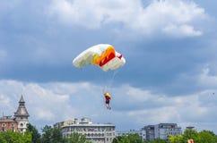 Paracaidista en vuelo sobre edificios Foto de archivo