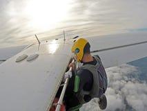 Paracaidista que cuelga en la puerta del aeroplano imagen de archivo
