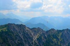 Paracaidista sobre las montañas foto de archivo