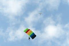 Paracaidista y avión Imágenes de archivo libres de regalías
