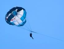 Paracaidistas azules en el cielo azul claro Imagen de archivo libre de regalías